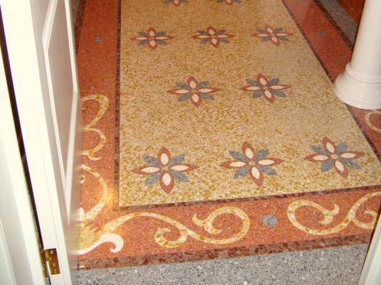 Bagno in cemento e graniglia con decori e mosaico ...