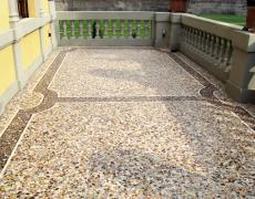 Terrazzo in cemento e graniglia mista con decori perimetrali