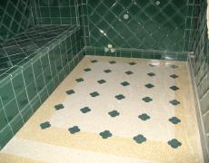 Bagno in resina e graniglia di botticino/giallo-Siena con decori in graniglia verde