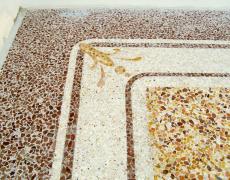 Terrazzo in cemento e graniglia di marmo con decori perimetrali