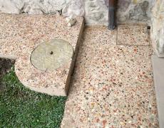 Marciapiede in cemento e graniglia mista con effetto antiscivolo